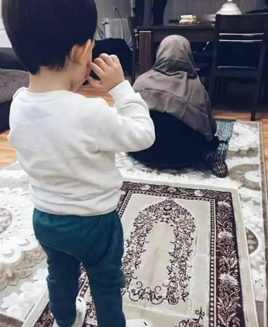 صورة ولو انصلحت الأم لانصلح حال الأُمة فاللهم اجعلنا لصِغارنا قِبَله ترضاها
